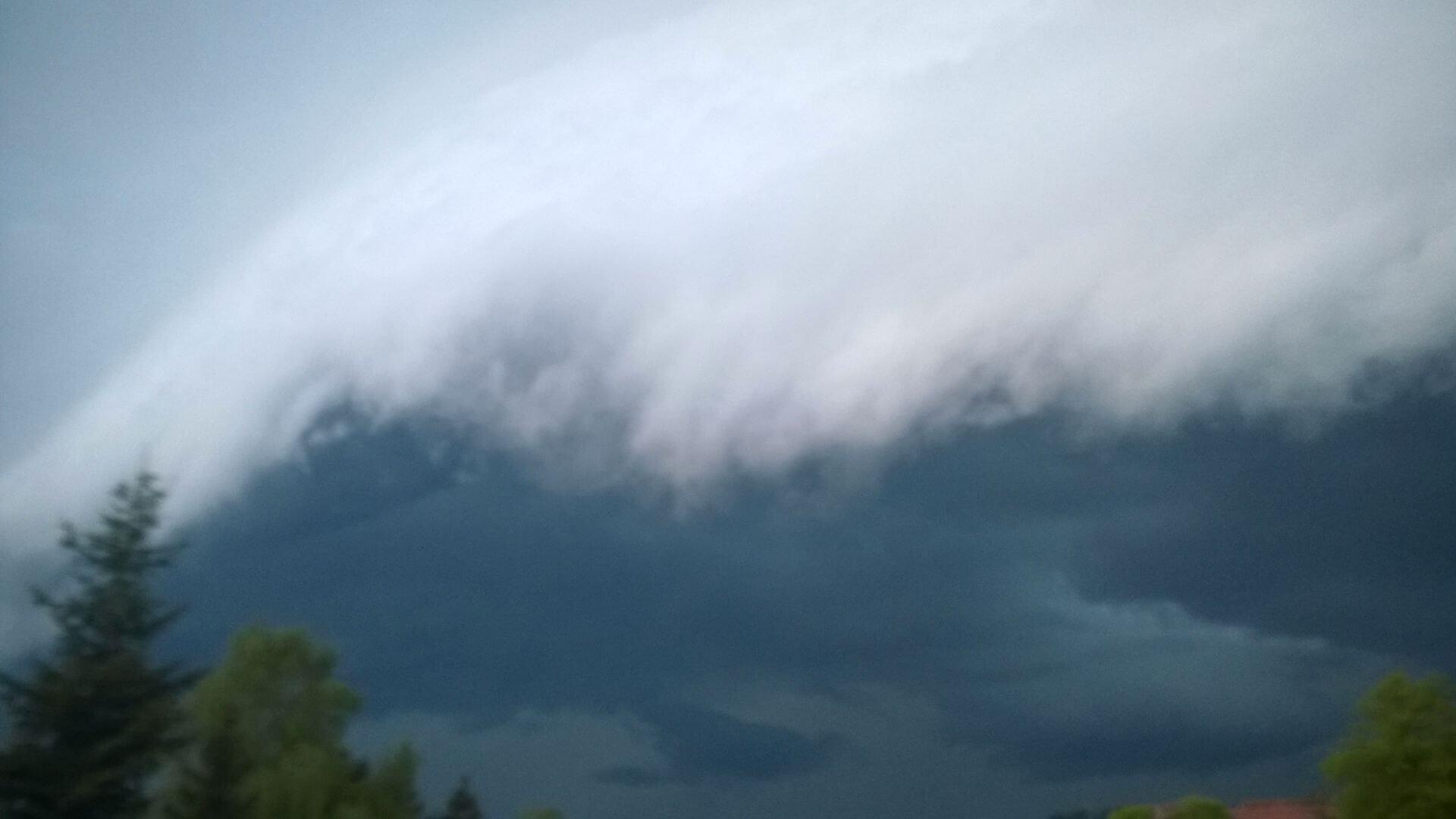 Shelf-Cloud im Mai 2015 über Bansin (ein Video gibt es in unserem Youtube-Kanal).