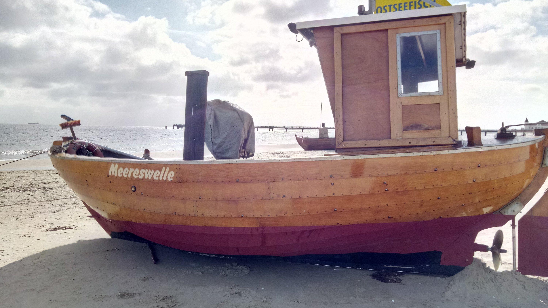 Historisches Fischerboot am Strand der Insel Usedom.